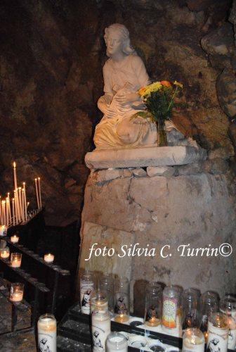 l'interno della grotta di Santa Maria Maddalena